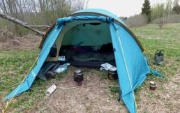 Выбрать двухместную палатку на троих – насколько это выгодно?
